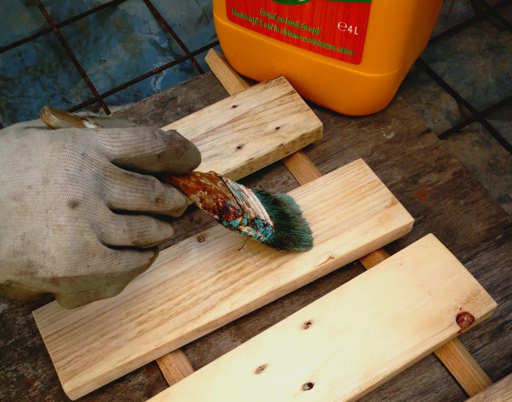 Bucățile de lemn pentru suporții de jardiniere sunt tratate contra mucegaiului