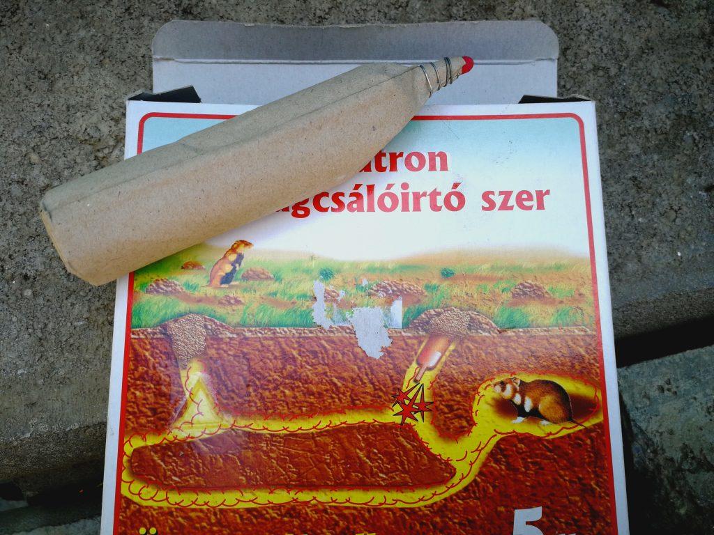 Batoane cu sulf folosite pentru eliminarea unuia dintre dăunători (hârciog)
