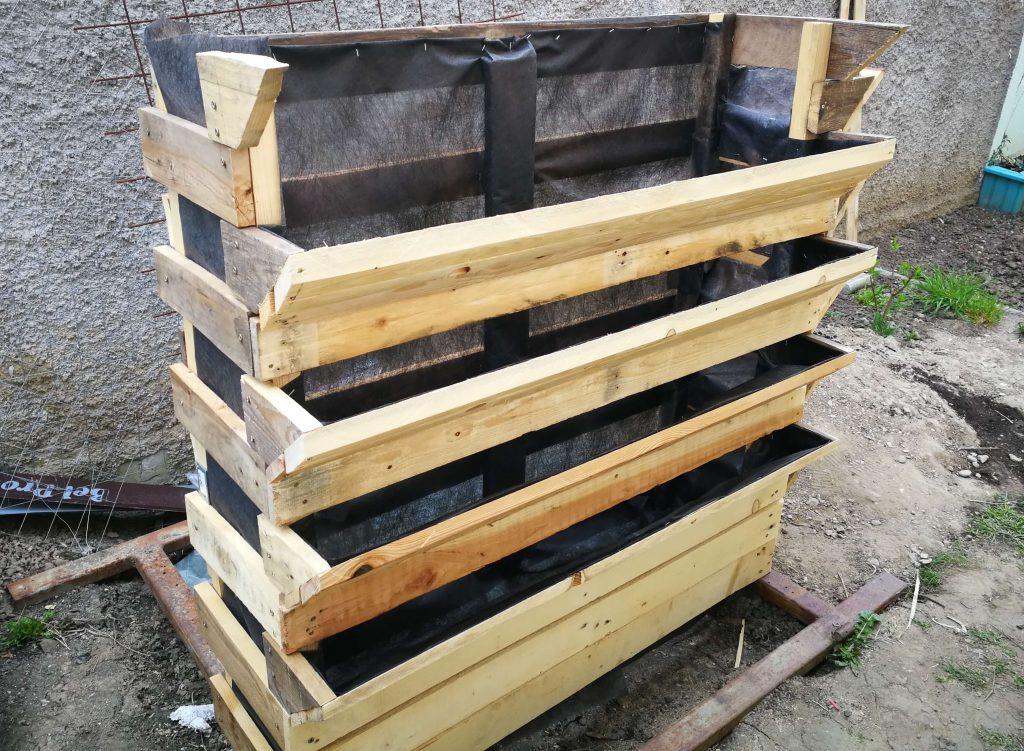 Ladă din lemn pentru cultivarea pe verticală tapetată cu folie anti-buruieni
