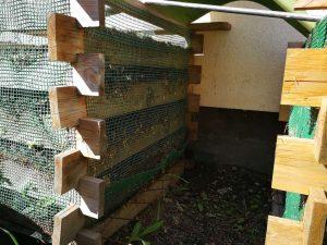 Spațiul liber între două lăzi destinat depozitării compostului maturat