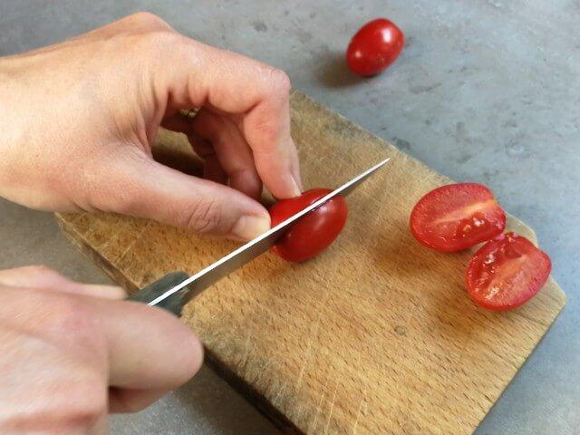 Roșiile sunt secționate vertical pentru recoltarea de semințe pentru răsaduri