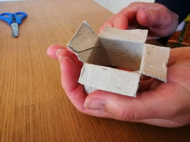 Evidențierea celor 4 clapete obținute după decuparea capătului tubului din carton