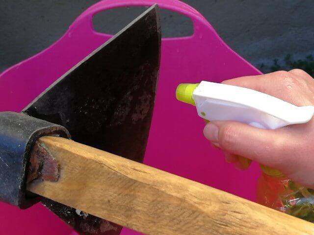 O soluție pentru curățarea ruginii de pe unelte