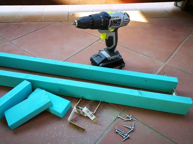 Resurse necesare pentru cadrul din lemn la gradina suspendată: scanduri, colțare metalice, șuruburi și mașina de înșurubat