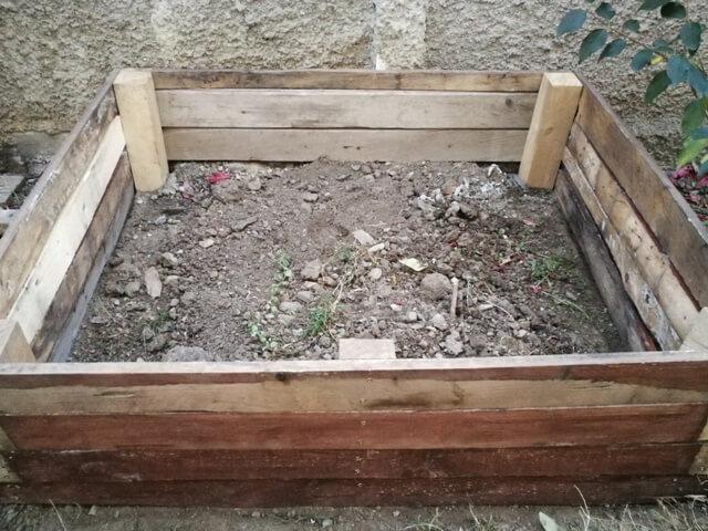 Cadrul din lemn al unui pat supraînălțat fără pământ