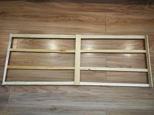 Cadru din lemn din 4 bucati orizontale si 3 verticale folosit ca baza pentru corpul de iluminat plante