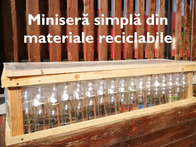 Minisera din sticle de plastic asezate pe lada de lemn si titlu articol