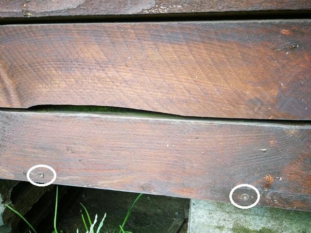 Evidențierea poziției șuruburilor pe lada din lemn reciclat