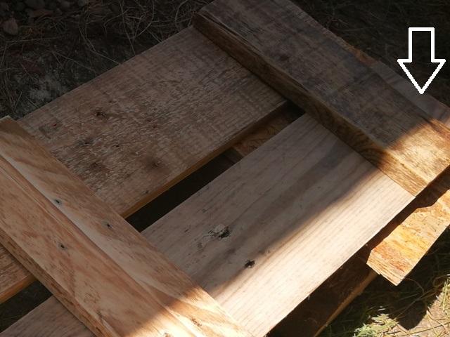 Evidențierea poziției scândurii transversale pe fundul lăzii din lemn
