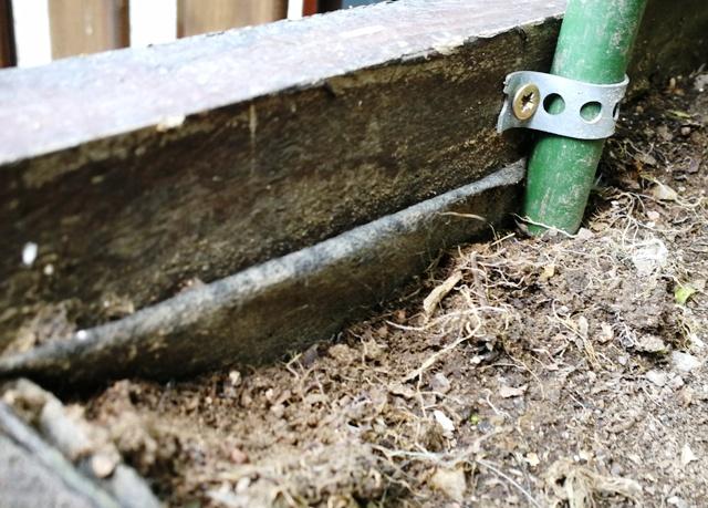 Lada din lemn reciclat a fost tapetată cu pânză antiburuieni înainte de umplerea cu pământ