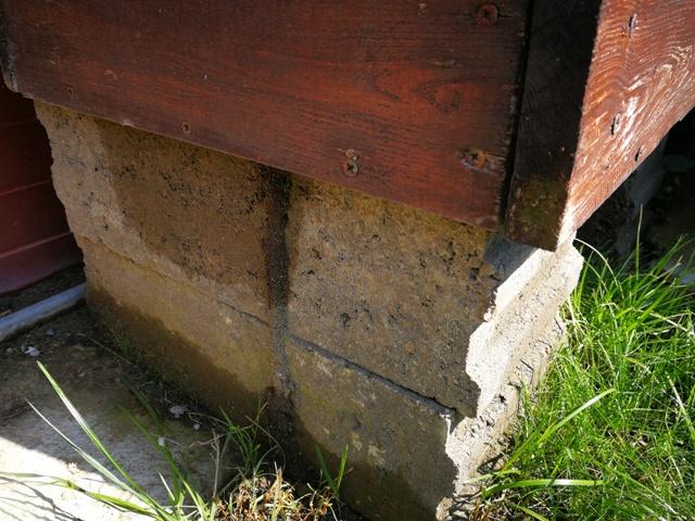 Pietre din beton care sprijină lada din lemn reciclat