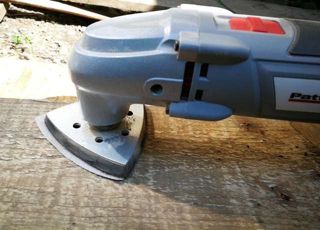 Șlefuirea cu unealta electrică a scândurilor pentru lada din lemn reciclat