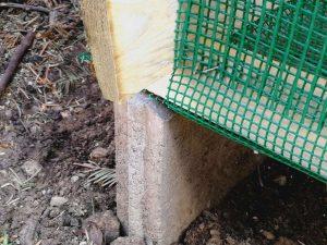 Piatră de pavaj pe care se sprijină lada pentru compost