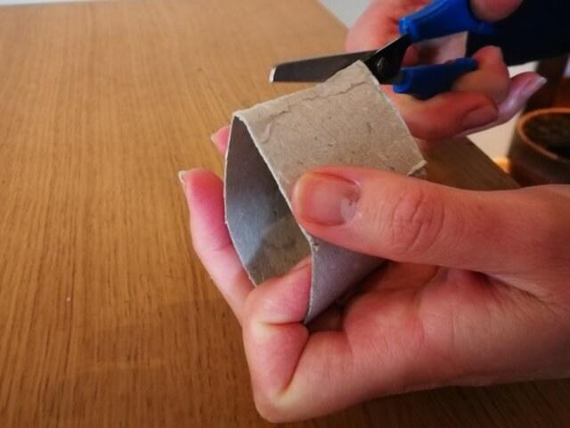 La unul din capetele tubului sunt făcute 4 mici decupaje