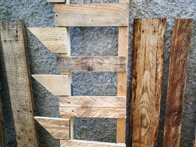 Schelet structură din lemn, alături de scânduri
