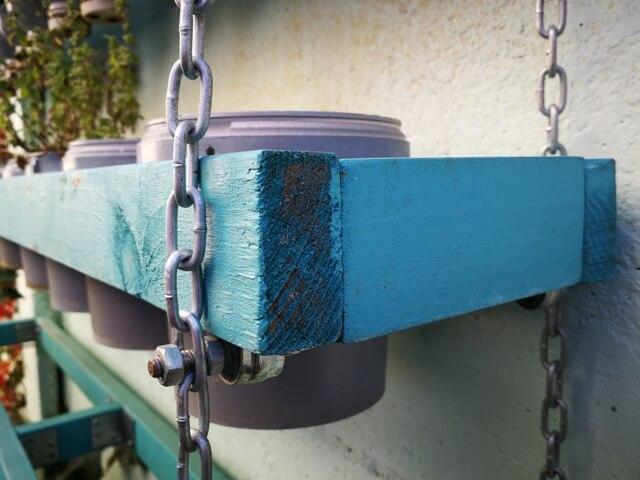 Grădina verticală în recipiente alimentare reciclate