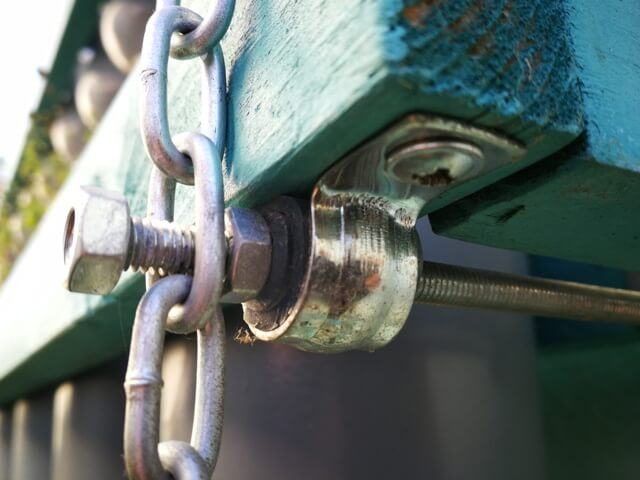 Detaliu de prindere pentru susținerea cadrului din lemn pe lanț