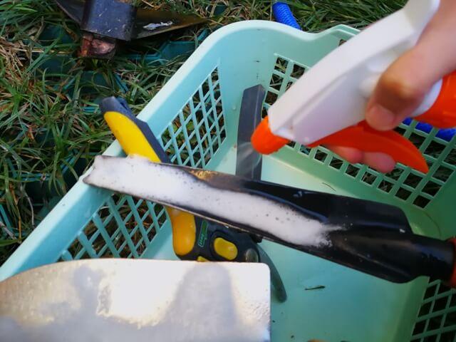 Reacție între oțet și bicarbonat în timpul curățării ruginii de pe unelte