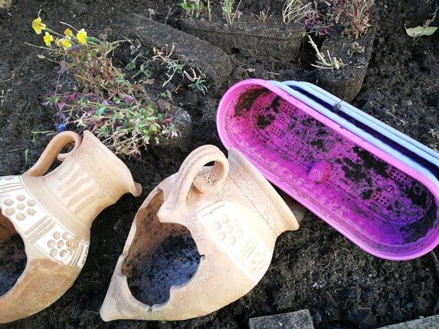 Ghivece și jardiniere goale cu resturi de pământ