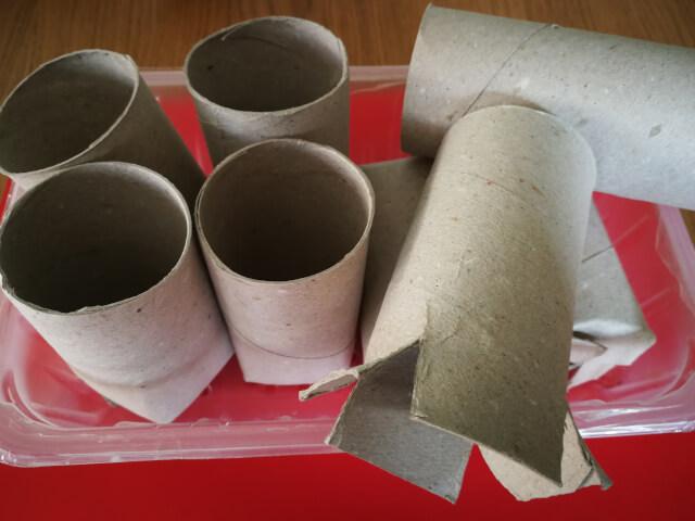 Tuburi din carton decupate si modelate in recipiente ecologice pentru a creste rasaduri de rosii