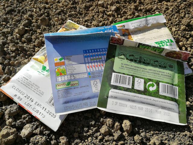 Plicuri cu seminte pe care se vad instructiunile pentru semanat