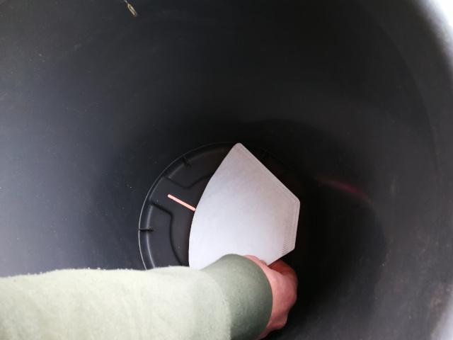 Orificiile de drenaj sunt acoperite cu filtre de cafea