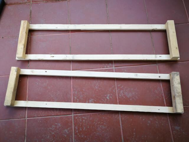 Doua cadre din lemn dreptunghiulare asezate pe podea